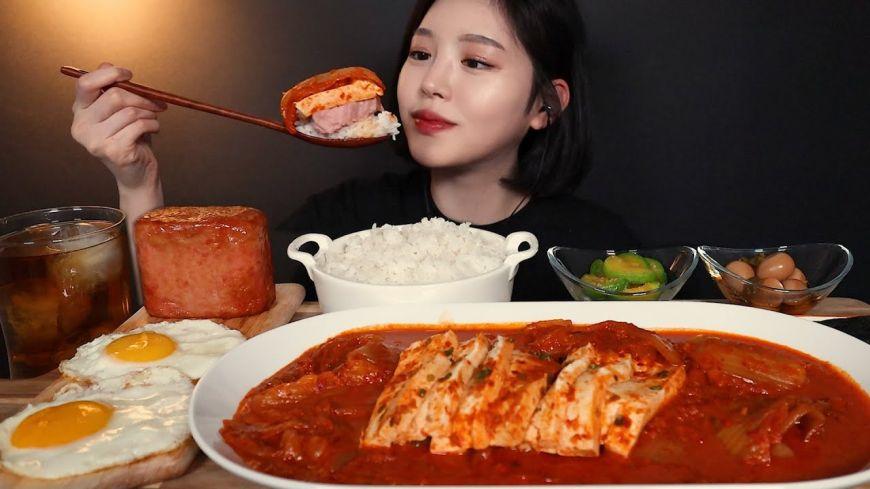Boki, vlogerița din Coreea care devorează cu stil cantități uriașe de mâncare