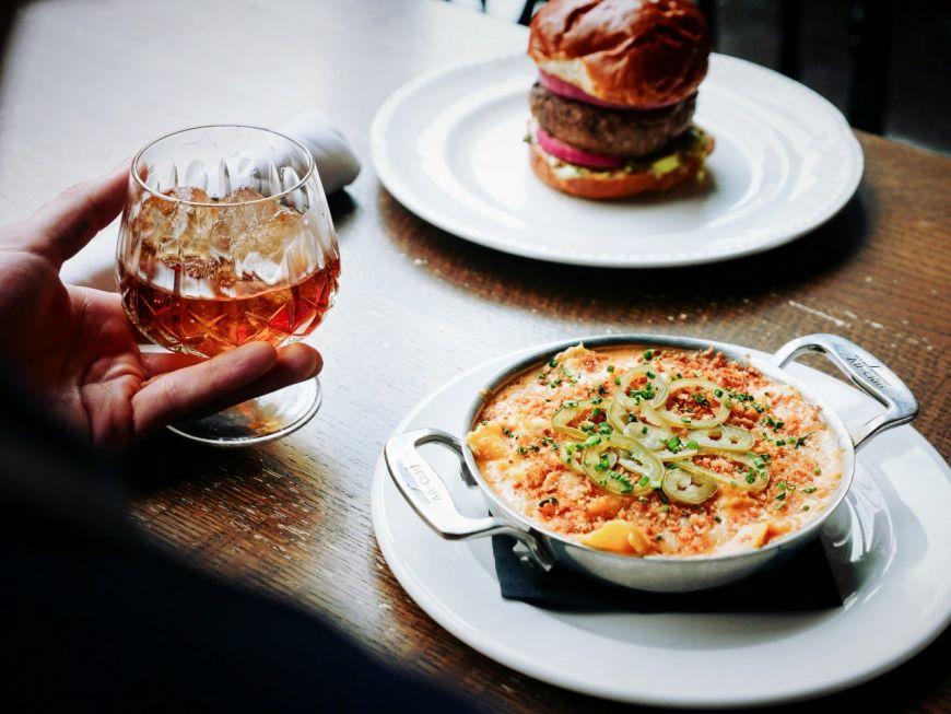 (P) Vrei să savurezi un pahar de whisky la masă? Iată cu ce feluri de mâncare îl poți asocia!