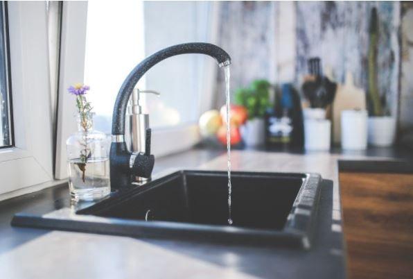 (P) Utilizezi apa de la robinet pentru gătit? Iată ce spun experții în privința acestui obicei!