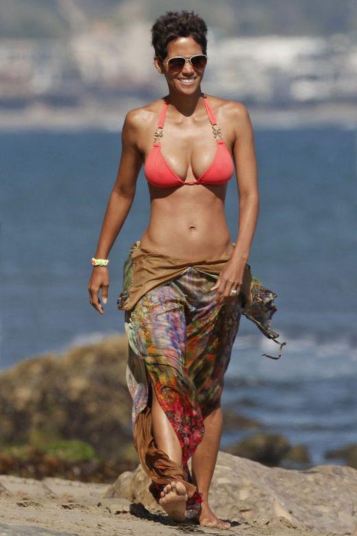 Halle Berry, la 45 de ani in vacanta Malibu, California
