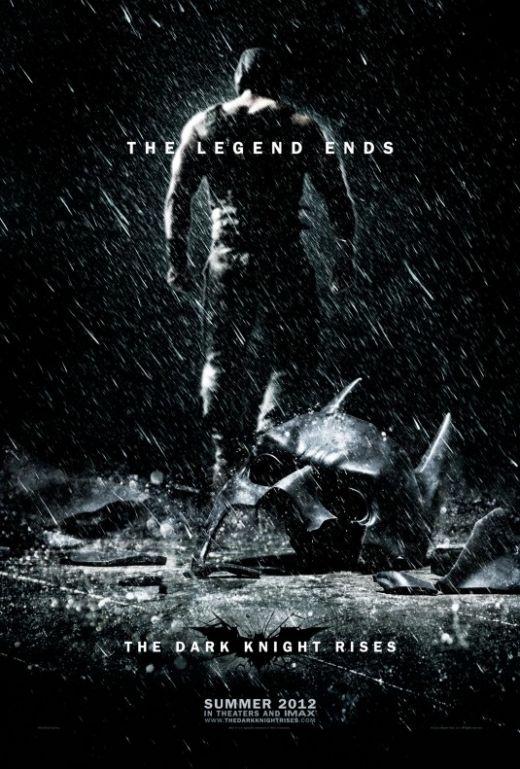 The Dark Knight Rises are cu siguranta una din scenele care va intra in istorie. Asa cum dezvaluie si posterul nou lansat, lupta dintre Bane si Batman va fi exceptionala, mai ales ca la sfarsit masca lui Batman ajunge sa fie facuta bucati de criminalul nemilos. Ce se intampla cu Batman...este intrebarea care se afla pe buzele tuturor zilele astea. Insa, fanii mai au de asteptat 6 luni pentru a afla deznodamantul