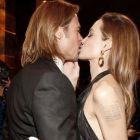 Angelina Jolie si Brad Pitt au oferit cel mai stralucitor moment de Gala Premiilor SAG: cei doi actori s-au sarutat pe covorul rosu