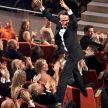 Momentul in care i s-a inmanat Oscarul lui Roberto Benigni, in 1998, a intrat in istoria Premiilor Academiei Americane de Film ca unul dintre cele mai frumoase episoade. In momentul in care superba Sophia Loren i-a strigat numele de pe scena: Roberto! Roberto! Benigni s-a urcat pe fotoliile din impunatoarea sala in drumul sau spre scena unde a topait de bucurie si a sarutat-o pe Sophia. Am avut acel gest pentru ca efectiv imi venea sa zbor datorita fericirii. Exuberanta inseamna frumusete a povestit Roberto