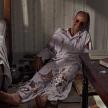 The Birds (1963): Jessica Tandy se duce la vecinul ei sa ii ceara ajutor, insa aceasta descopera ca pasarile au ajuns inaintea ei. Scena este si mai socanta, mai ales ca il descopera pe acesta mort si cu ochii scosi