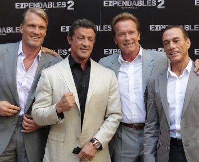 Primele imagini cu Sylvester Stallone dupa moartea fiului sau. Cum l-au inveselit Schwarzenegger si Dolph Lundgren la premiera filmului The Expendables 2