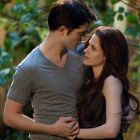 Kristen Stewart si Robert Pattinson apar imbratisati in noile imagini din ultimul film Twilight