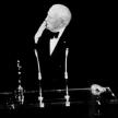 In 1972, Charlie Chaplin a primit trofeul Oscar pentru intreaga activitate. Evenimentul a marcat revenirea sa in SUA, dupa un exil de 20 de ani. Victima a regimului McCarthy in SUA, Chaplin a fost nevoit sa paraseasca tara dupa ce a fost acuzat ca e comunist. Insa, publicul nu l-a uitat niciodata: a fost primit cu 12 minute de ovatii. Sala l-a aplaudat timp de 12 minute, timp in care tipau Bravo . Recordul n-a fost batut nici pana astazi, iar Chaplin a ramas un personaj unic in istoria filmului.