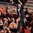 1998: Momentul in care i s-a inmanat Oscarul lui Roberto Benigni, in 1998, a intrat in istoria Premiilor Academiei Americane de Film ca unul dintre cele mai frumoase episoade. In momentul in care superba Sophia Loren i-a strigat numele de pe scena: Roberto! Roberto! Benigni s-a urcat pe fotoliile din impunatoarea sala in drumul sau spre scena unde a topait de bucurie si a sarutat-o pe Sophia. Am avut acel gest pentru ca efectiv imi venea sa zbor datorita fericirii. Exuberanta inseamna frumusete a povestit cineastul italian.