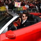 Robert Downey Jr a intrat ca un super erou la premiera Iron Man 3 din Los Angeles: actorul a venit pe covorul rosu intr-o masina decapotabila