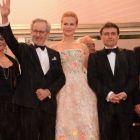 Cristian Mungiu si Steven Spielberg, parodiati intr-o emisiune din Franta: regizorul roman este prezentat ca  cersetorul lui Spielberg