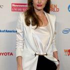 Angelina Jolie va semna un contract record de 50 milioane dolari pentru a-si scrie memoriile