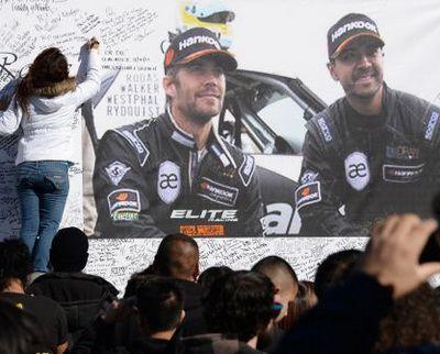 Paul Walker: mii de fani indurerati l-au omagiat pe starul din Fast and Furious si au organizat o parada de masini in memoria actorului