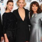 Ana Ularu, o romanca la Hollywood: actrita a stralucit pe covorul rosu, alaturi de Jennifer Lawrence, la premiera filmului Serena din Londra