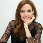 Angelina Jolie, inca o dovada de curaj: actrita si-a extirpat ovarele pentru a preveni cancerul.  Vreau sa traiesc sa imi cunosc nepotii . Marturiile emotionante ale actritei