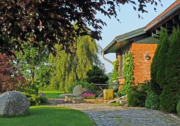 (P) Cum modernizezi curtea casei tale? Top 8 idei bune de aplicat