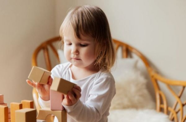 (P) Cum îi obișnuim pe cei mici să petreacă mai mult timp singuri