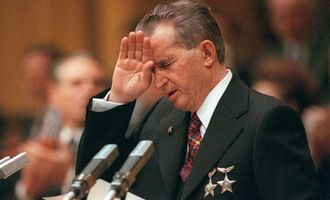 Sotii Ceausescu, dezgropati si ingropati la loc. Hainele erau gaurite VIDEO