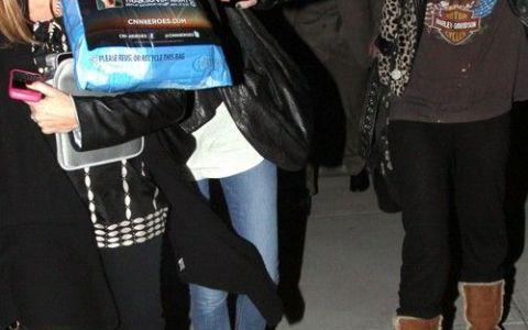 Miley Cyrus i-a pus pungile-n cap lui Tish, mama ei, de spaima paparazzilor FOTO