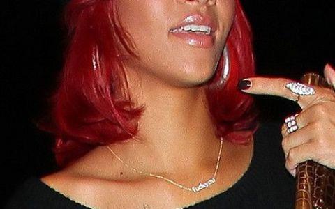 Rihanna:  F * ck You  - mesajul de pe colierul ei! Oare cui ii este adresat? FOTO