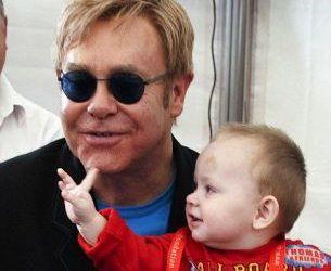 Elton John, incantat de meseria de parinte:  Ador mirosul scutecelor!