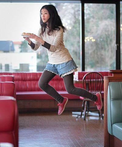 Fata care leviteaza! Sau nu?! FOTO