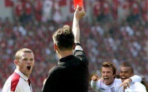 Un nou record modial: un arbitru a aratat 36 de cartonase rosii intr-un meci! VIDEO
