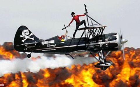 Doi soti, cascadori profesionisti, au scapat cu viata dupa ce avionul lor a luat foc si s-a prabusit! VIDEO