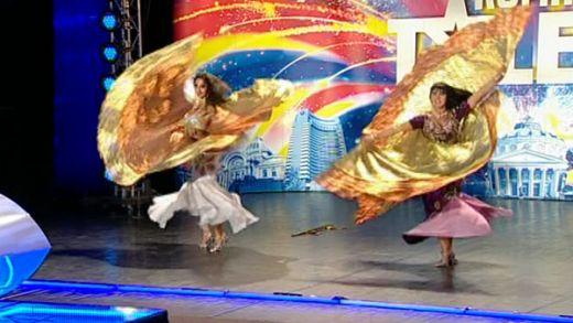 Mama si fiica danseaza din buric la  Romanii au talent ! VIDEO