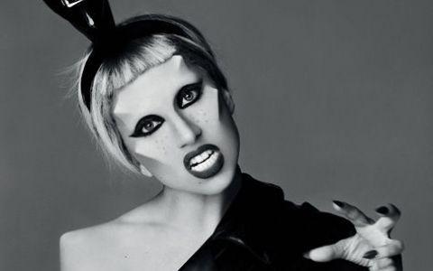 Lady GaGa in fundul gol si cu pantofii pe cap intr-un pictorial promo! FOTO