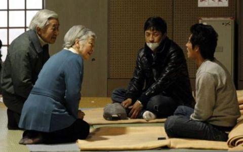 Refugiatii dupa cutremurul din 11 martie, vizitati de imparatul Japoniei