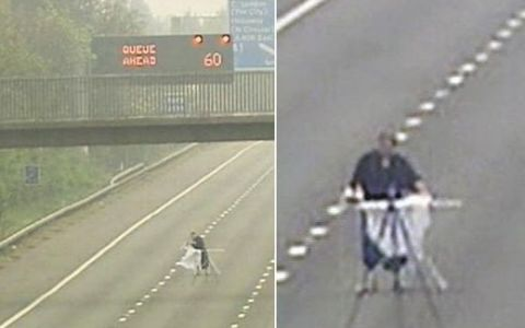 HALUCINANT: Un britanic isi calca rufele pe autostrada! VIDEO