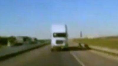 NEBUNIE CURATA! Goneste cu spatele pe autostrada, cu 110 kilometri pe ora/ VIDEO