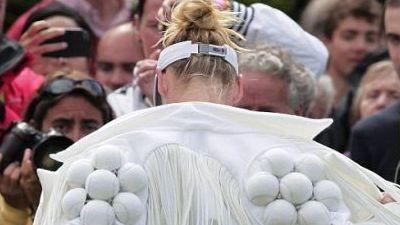 A imbracat-o Lady Gaga! Cum sa joci tenis asa? Vezi FOTO!