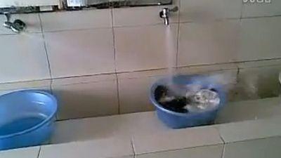 AMUZANT - Uite masina de spalat a studentului! VIDEO