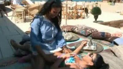 Laurette si Tonciu, protagonistele unei scene fierbinti pe plaja! Vezi VIDEO