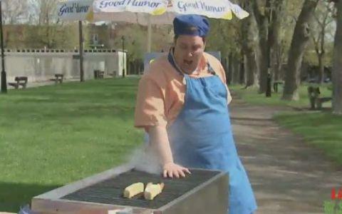 Uite cum glumeste un vanzator de hot dog! VIDEO