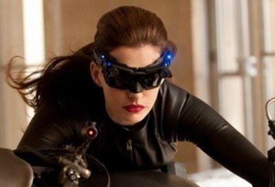 Prima poza cu frumoasa Anne Hathaway in rolul lui Catwoman. Arata mai bine ca Halle Berry?