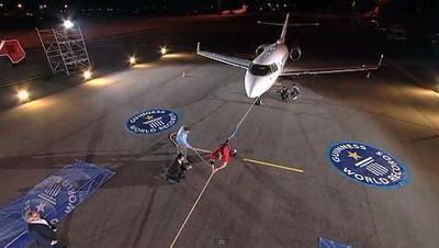 A intrat in Cartea Recordurilor: A tras un avion de 10 tone pe o distanta de 25 m! VIDEO