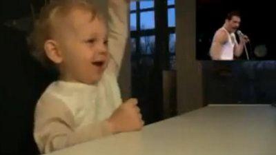 SURPRIZA: Un bebelus fan Freddie Mercury. Vezi ce face! VIDEO