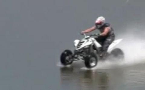 INCREDIBIL! Merge cu ATV-ul pe apa, de parca ar fi hidroavion! VIDEO