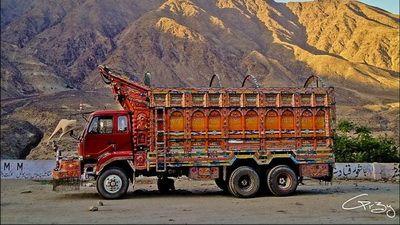 Arta in miscare! Uite cum isi decoreaza pakistanezii camioanele