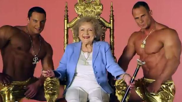"SUPER FUNNY.<span style=""color:#f00;""> Betty White canta ""I'm still hot"" </span>pe ritm de hip-hop! Vezi aici VIDEO:"