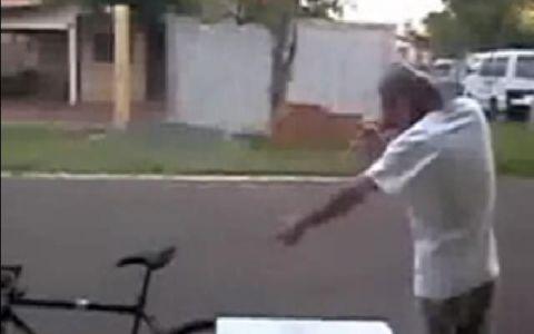 Uite cum incearca un betiv sa se urce pe bicicleta!