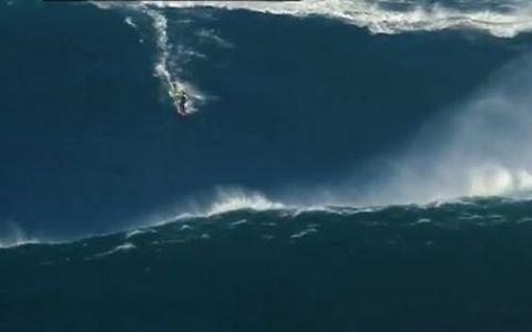VIDEO. Baiatul care nu stie ce inseamna frica. A facut surfing pe un val inalt de 27 de metri!