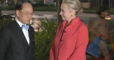 Cum reactioneaza Hillary Clinton la vederea unui barbat aproape GOL! VIDEO