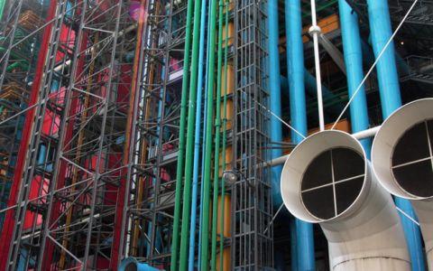 Centru de cultura parizian, decorat cu 80.000 de prezervative colorate