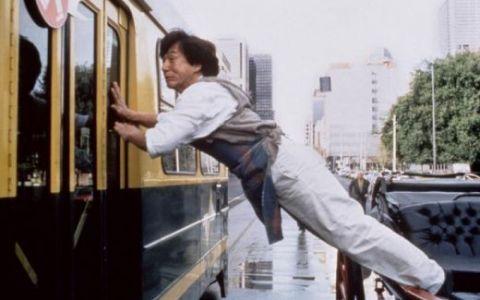 S-a nascut omul care zboara! O cascadorie atat de dificila incat nici marele Jackie Chan nu stie sa o faca: