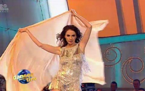 Adelina Chivu, o aparitie super-sexy la  Dansez pentru tine ! Dupa dans, fetita ei a venit sa o imbratiseze!