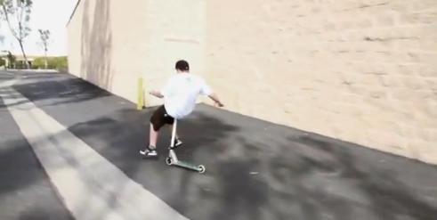 VIDEO. Cel mai LENES cascador din lume! Uite cum se plimba cu trotineta: