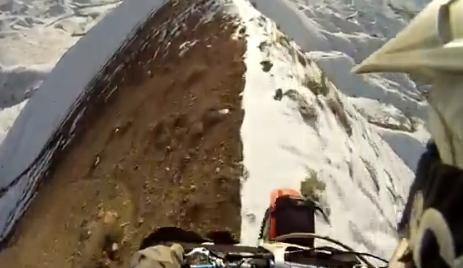 Sa mergi cu motocicleta pe creasta unui munte nu e treaba usoara. VIDEO